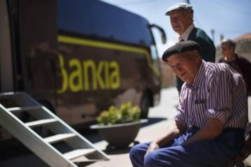 รถเคลื่อนที่ของธนาคาร Bankia ที่คอยมาให้บริการตามหมู่บ้านใน Maderuelo