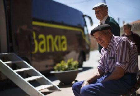 s1.reutersmedia.net  450x309 รถเคลื่อนที่ของธนาคาร Bankia ที่คอยมาให้บริการตามหมู่บ้านใน Maderuelo
