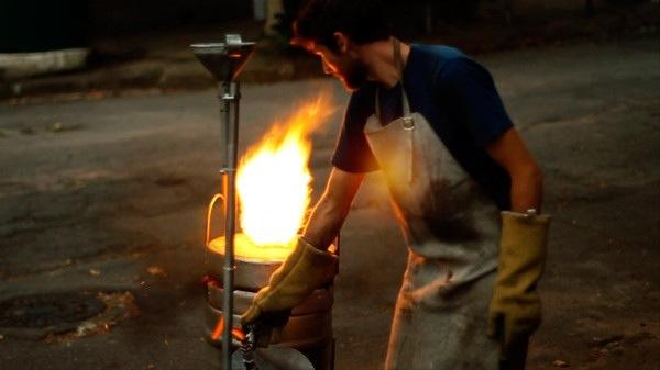 25561113 165318 เก้าอี้จากขยะ..ผลิตจากกระป๋องน้ำอัดลม ใช้เชื้อเพลิงจากน้ำมันพืชใช้แล้ว แม่พิมพ์จากกองทรายข้างถนน