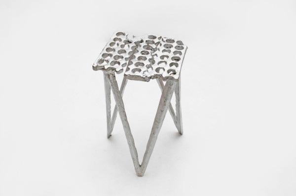25561113 165329 เก้าอี้จากขยะ..ผลิตจากกระป๋องน้ำอัดลม ใช้เชื้อเพลิงจากน้ำมันพืชใช้แล้ว แม่พิมพ์จากกองทรายข้างถนน