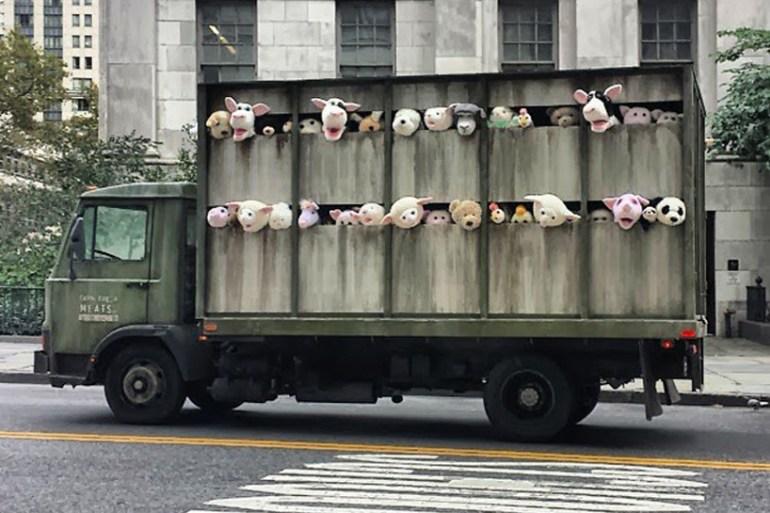 """งานศิลปะ Street Art """"BETTER OUT THAN IN"""" โดย Banksy  21 - street art"""