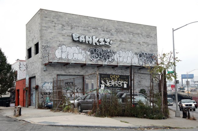 banksys better out than in street art db11 750x500 งานศิลปะ Street Art BETTER OUT THAN IN โดย Banksy
