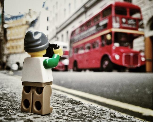 ภาพการพจญภัยของช่างภาพเลโก้ตัวจิ๋ว จาก iPhone 13 - Lego