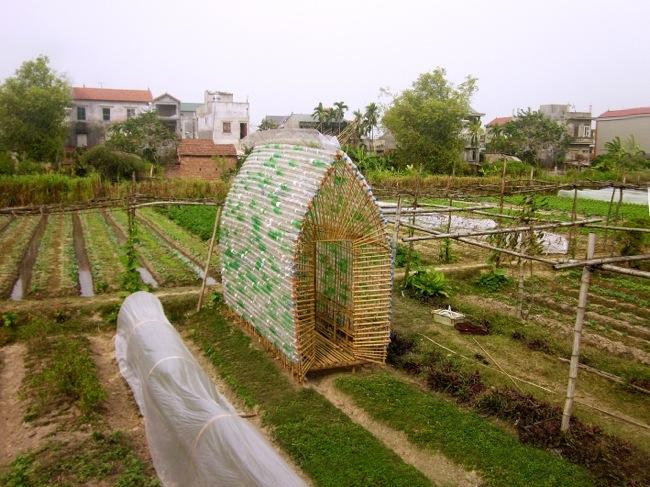 25570312 172558 โรงอนุบาลผัก ทำจากไม้ไผ่ และขวดพลาสติก ความร่วมมือระหว่างคนในเมือง และเกษตกรในชนบท