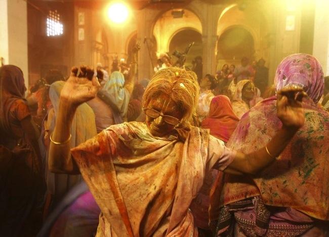 25570322 104711 ฉลองการเข้าสู่ฤดูใบไม้ผลิกับเทศกาลแห่งสีสัน ที่ประเทศอินเดีย