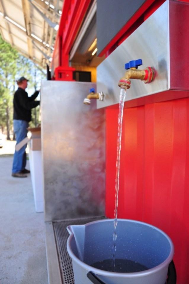 potable water from ekocenter EKOCENTER ตู้คอนเทอนเนอร์ช่วยเปลี่่ยนน้ำจากแหล่งน้ำในชุมชน เป็นน้ำดื่มสะอาด