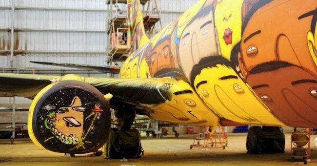 20140529 105751 39471870 ศิลปิน graffiti วาดภาพบนเครื่องบินทีมชาติบราซิล ในฟุตบอลโลก World Cup2014