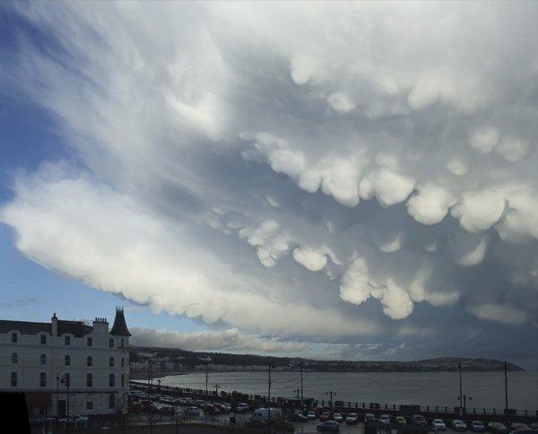Weather mammatus clouds Patricia Tutt Isle of man Mammatus Clouds หนึ่งในเมฆที่สวย มาพร้อมกับพายุที่รุนแรง