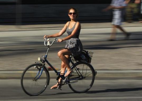 117638917 young woman rides a bicycle on a hot day in the city.jpg.CROP .promo mediumlarge ขี่ยังไง ไม่หวอออก เทคนิคการขี่จักรยานของผู้หญิงชอบใส่กระโปรง ที่สาวๆไม่ควรพลาด