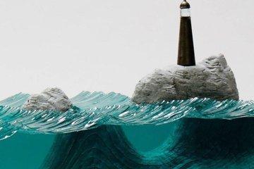 ศิลปินที่เรียนรู้ด้วยตัวเอง สร้างงานจากแผ่นกระจกประกบหลายๆชั้นเป็นคลื่นในมหาสมุทร