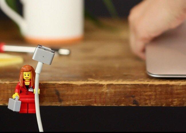 20140702 205312 75192514 ใช้ประโยชน์จากตุ๊กตาเลโก้ เป็นที่จัดระเบียบยึดจับสาย iPhone