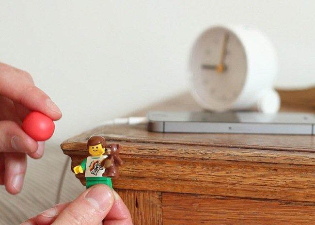 20140702 205312 75192730 ใช้ประโยชน์จากตุ๊กตาเลโก้ เป็นที่จัดระเบียบยึดจับสาย iPhone