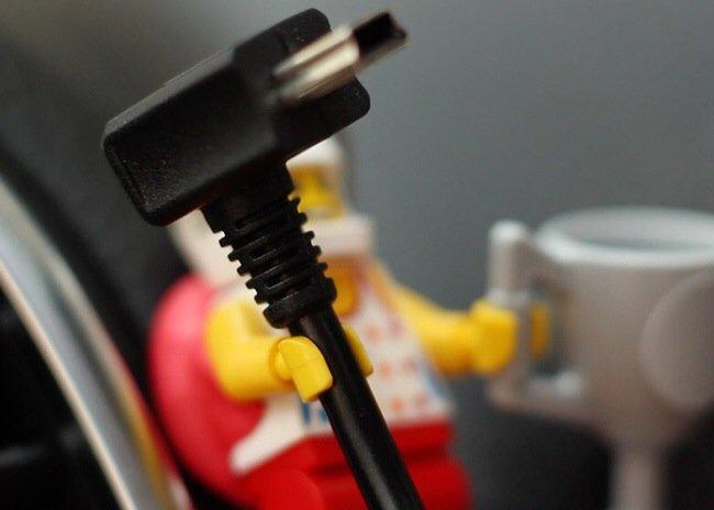 20140702 205312 75192979 ใช้ประโยชน์จากตุ๊กตาเลโก้ เป็นที่จัดระเบียบยึดจับสาย iPhone
