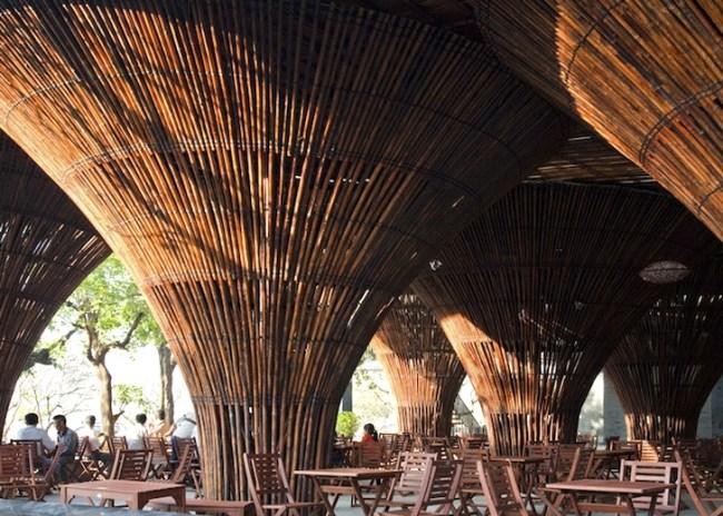 Kontum Indochine Cafe by Vo Trong Nghia 04 650x464 สถาปัตยกรรมจากไม้ไผ่ โดย Vo Trong Nghia Architects เป็นมิตรกับสิ่งแวดล้อม ประหยัดพลังงาน