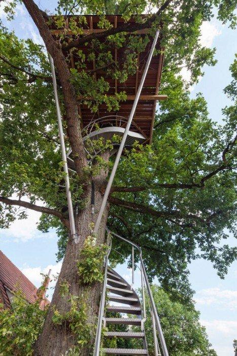 20140804 203603 74163127 บ้านต้นไม้รูปแบบทันสมัย บันไดเหล็กขึ้นจากหลังคาโรงรถ