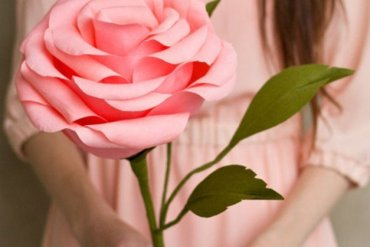DIY ดอกกุหลาบขนาดยักษ์จากกระดาษย่น 17 - ดอกไม้