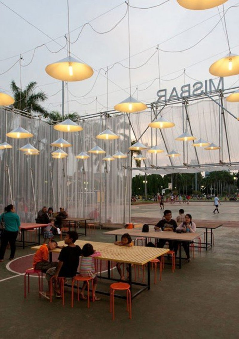 Kineforum Misbar open air cinema by Csutoras and Liando dezeen 13 โรงภาพยนตร์ชั่วคราวกลางแจ้ง ณ กรุงจาการ์ตา ประเทศอินโดนีเซีย