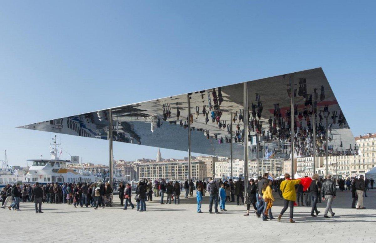 img1 กระจกเงาที่สะท้อนพื้นที่บริเวณและผู้ที่มายืน ภายใต้ซุ้ม Vieux Port Pavilion