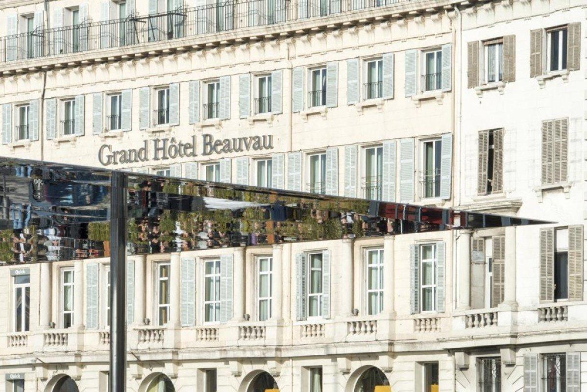 img5 กระจกเงาที่สะท้อนพื้นที่บริเวณและผู้ที่มายืน ภายใต้ซุ้ม Vieux Port Pavilion