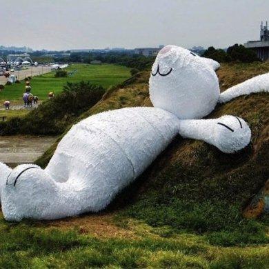 กระต่ายยักษ์สีขาวขนาด 82ฟุต นอนชมจันทร์บนโรงเก็บเครื่องบินเก่า 16 - installation art