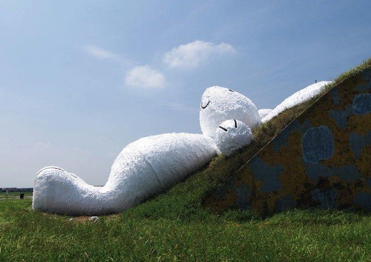 IMG 5255 กระต่ายยักษ์สีขาวขนาด 82ฟุต นอนชมจันทร์บนโรงเก็บเครื่องบินเก่า