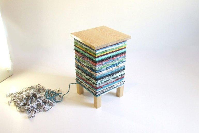 เปลี่ยนเก้าอี้ไม้ธรรมดาๆ เป็นโต๊ะเข้ามุมสีสันสดใส ด้วยถุงพลาสติกถักโครเชต์ 25 - รีไซเคิล