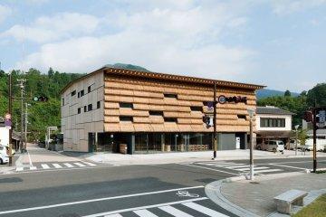 ซุปเปอร์มาร์เก็ตและบูติกโฮเต็ลที่ห่อหุ้มด้วยกองฟาง 4 - Architecture