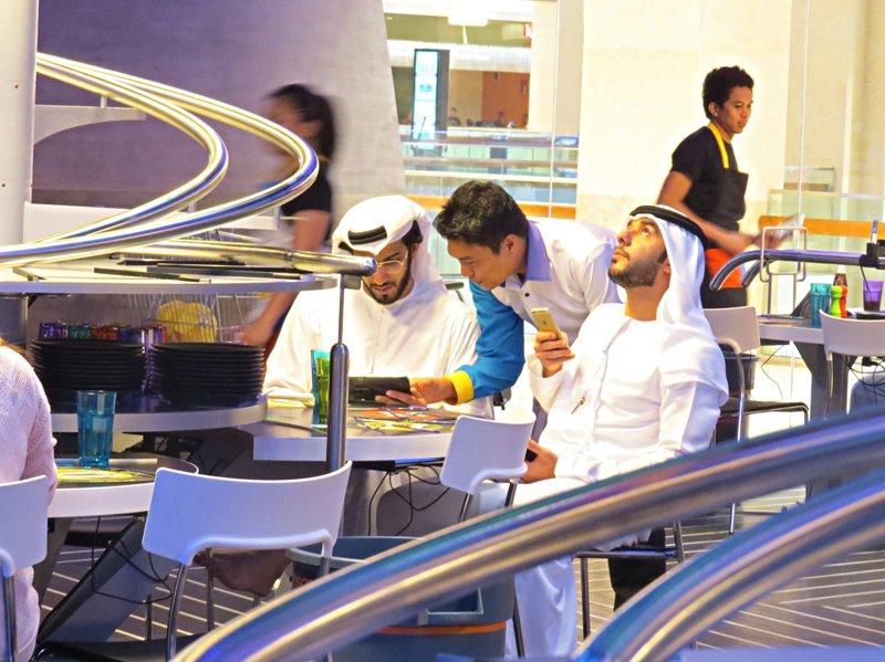 Aabu Dhabi Gast nach oben blickend