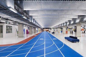 สนามบินNaritaในโตเกียว เปลี่ยนทางเลื่อนเป็นลู่วิ่งเพื่อต้อนรับโอลิมปิค2020 39 - airport