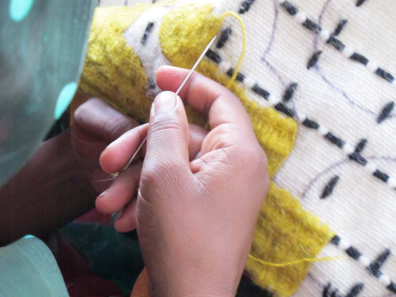 8 จากรอยเย็บผ้า สู่งานลวดลายบนพรมและผ้าบุเฟอร์เจอร์ ที่มีมูลค่า