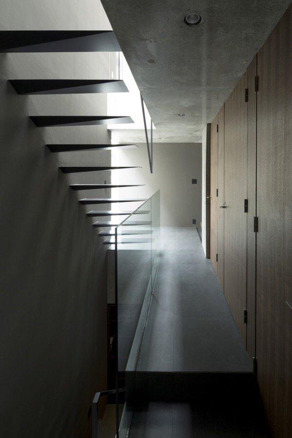 บ้านคอนกรีต สีเทาเรียบง่าย ที่ทำให้งานศิลปะโดดเด่น งดงาม 15 - Japan