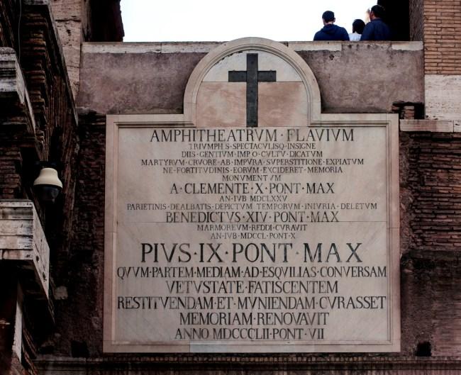 Minnestavla över tre påvars insatser för att bevara Colosseum