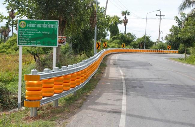 rolling barrier standard type 650x422 ต่างประเทศออกแบบขอบถนนที่สิบล้อชนแล้วไม่พัง!