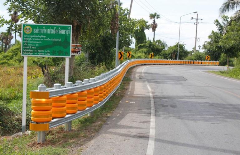 ต่างประเทศออกแบบขอบถนนที่สิบล้อชนแล้วไม่พัง! 15 -
