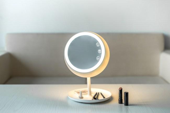 JUNO Mirror Lit 750x500 JUNO กระจกอัจฉริยะ สาว ๆ ที่ชอบ Live ต้องห้ามพลาด!