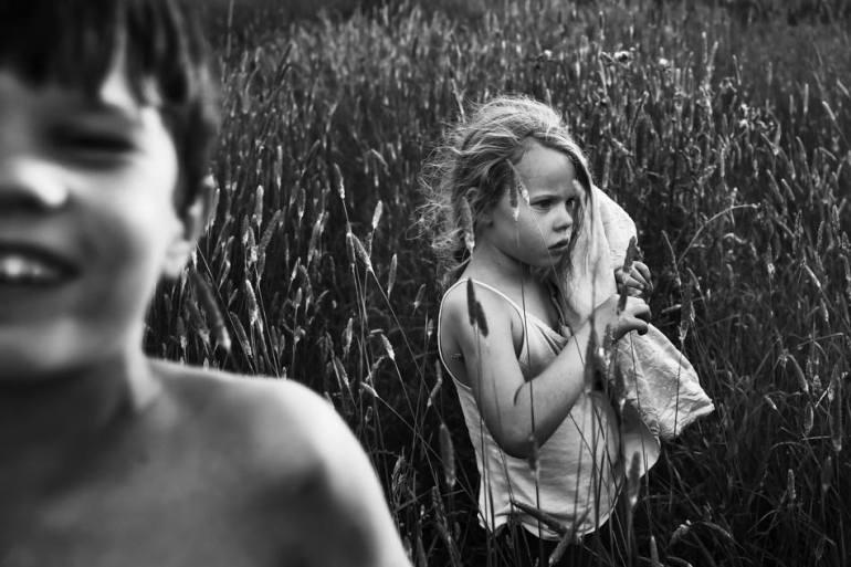 คุณแม่สายอาร์ตอดีตนักกายภาพบำบัด บันทึกชีวิตในชนบทของลูกๆ ทั้ง 4 ด้วยภาพถ่ายขาวดำสุดเลอค่า 23 - child