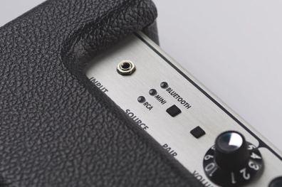 ช่องเสียบเสียงเข้าแบบ jack 3.5mm ไฟสถานะช่องเชื่อมต่อ และปุ่ม Pair เพื่อเชื่อมต่อ Bluetooth