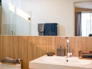 ห้องน้ำกระจกเต็มผนัง ทำให้ดูกว้าง และมีช่องแสงธรรมชาติส่องถึง