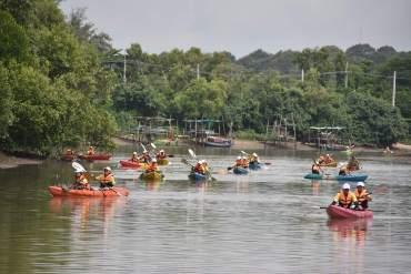 พายเรือเก็บขยะได้ถึง 2 ตัน ธรรมศาสตร์ร่วมสานต่อ #PlasticRights ในแม่น้ำระยอง 15 - GREENERY