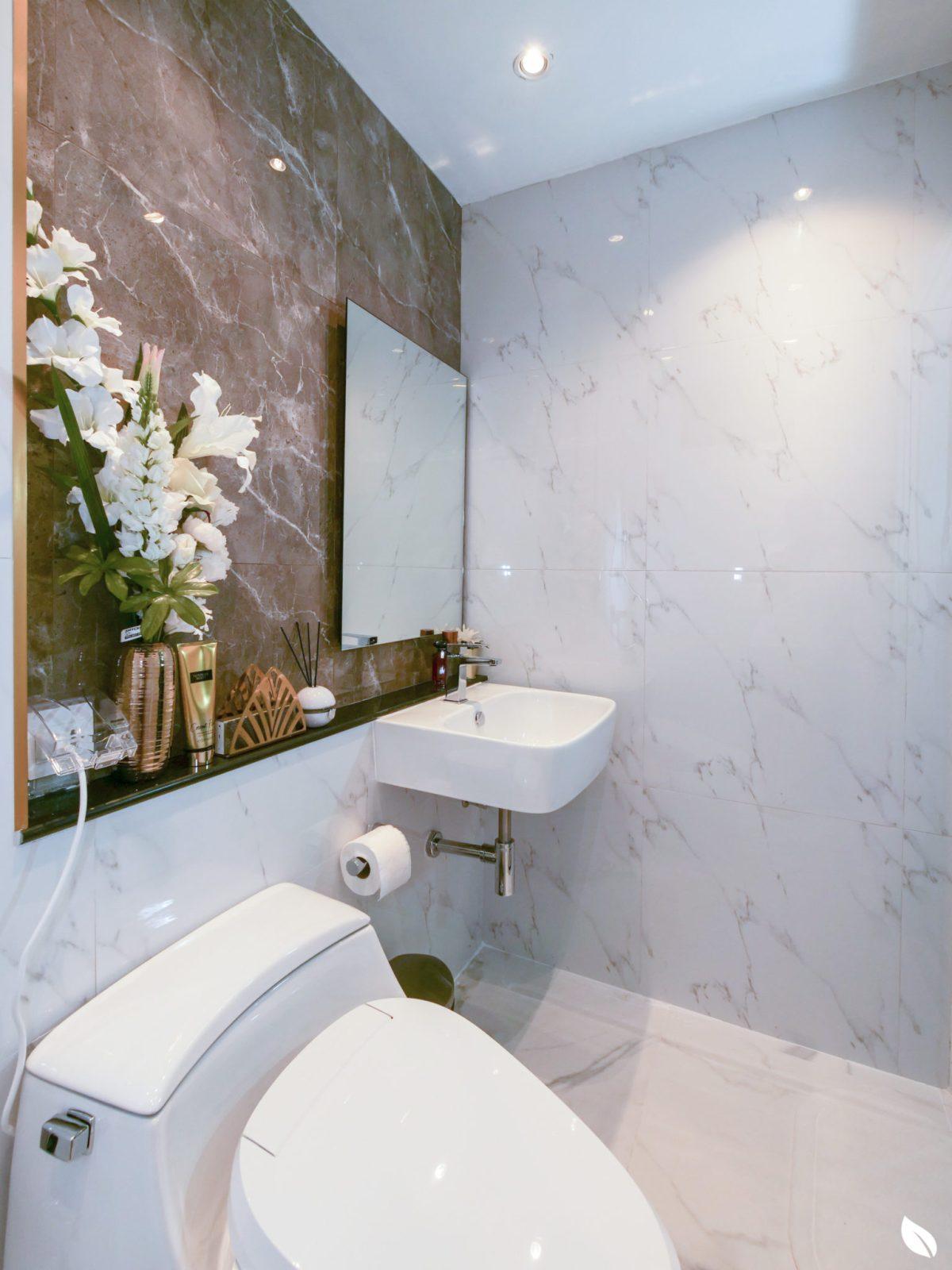 """4 ขั้นตอน """"รีโนเวทห้องน้ำขนาดเล็ก"""" ให้สวยใหม่ จบงานไวใน 2 วัน แบบปูกระเบื้องทับ ไม่ต้องรื้อ 60 - bathroom"""