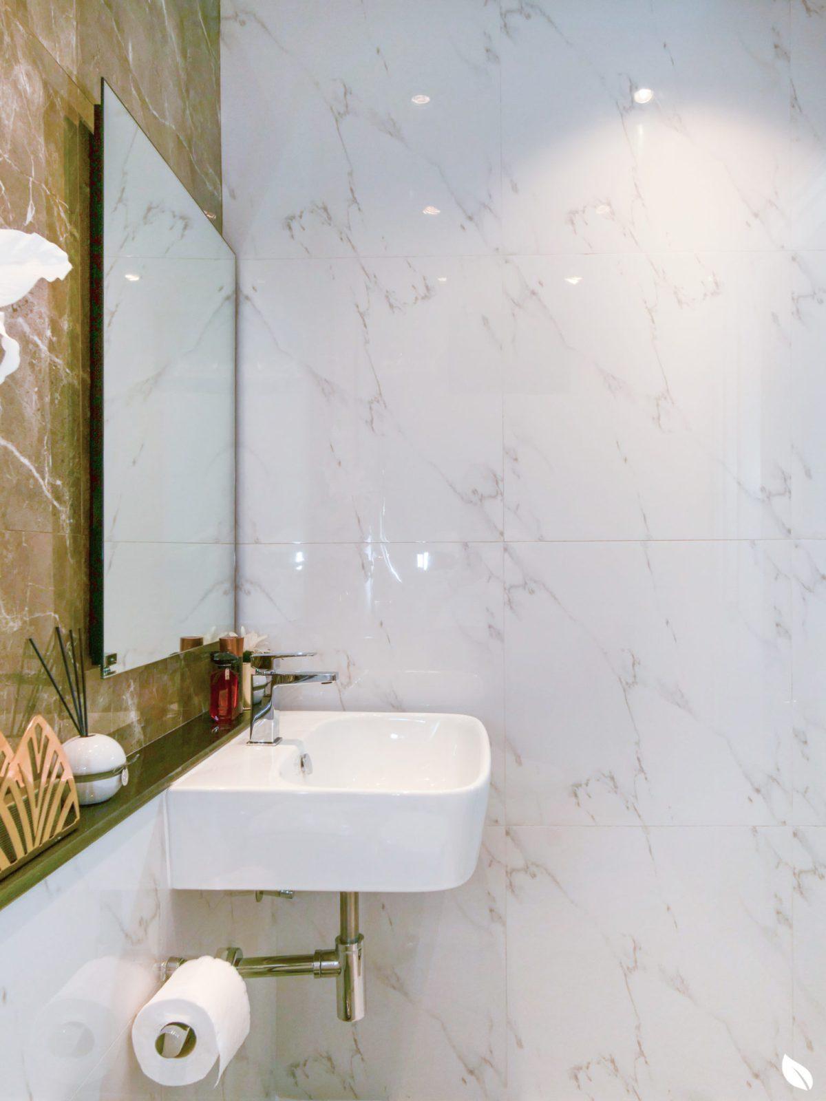 """4 ขั้นตอน """"รีโนเวทห้องน้ำขนาดเล็ก"""" ให้สวยใหม่ จบงานไวใน 2 วัน แบบปูกระเบื้องทับ ไม่ต้องรื้อ 61 - bathroom"""