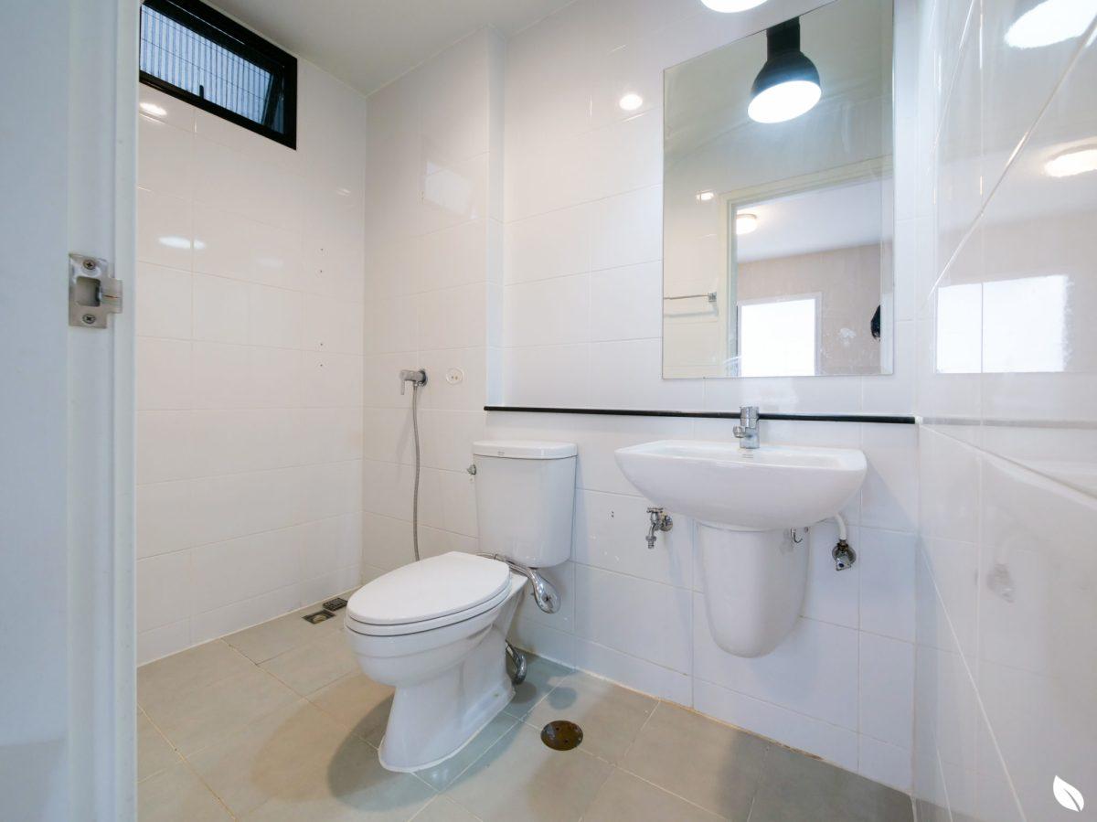 """4 ขั้นตอน """"รีโนเวทห้องน้ำขนาดเล็ก"""" ให้สวยใหม่ จบงานไวใน 2 วัน แบบปูกระเบื้องทับ ไม่ต้องรื้อ 16 - bathroom"""