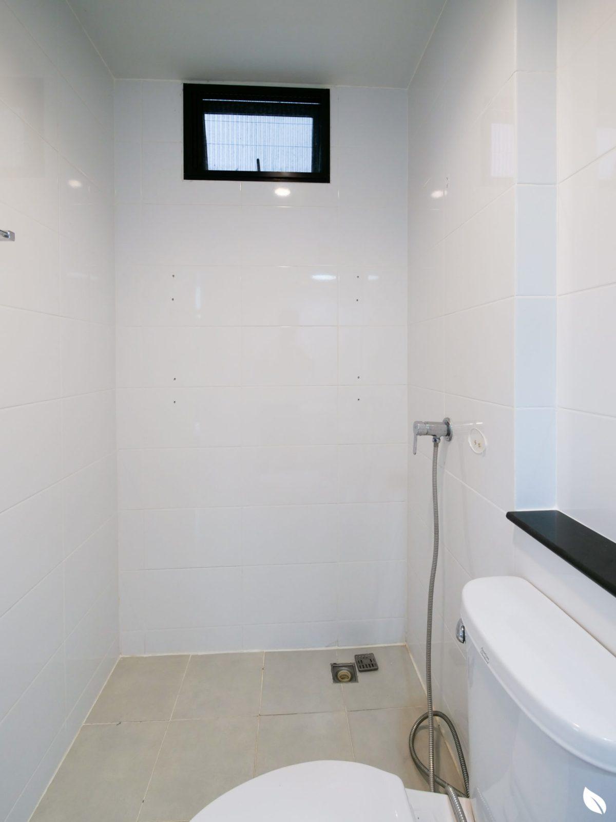 """4 ขั้นตอน """"รีโนเวทห้องน้ำขนาดเล็ก"""" ให้สวยใหม่ จบงานไวใน 2 วัน แบบปูกระเบื้องทับ ไม่ต้องรื้อ 15 - bathroom"""