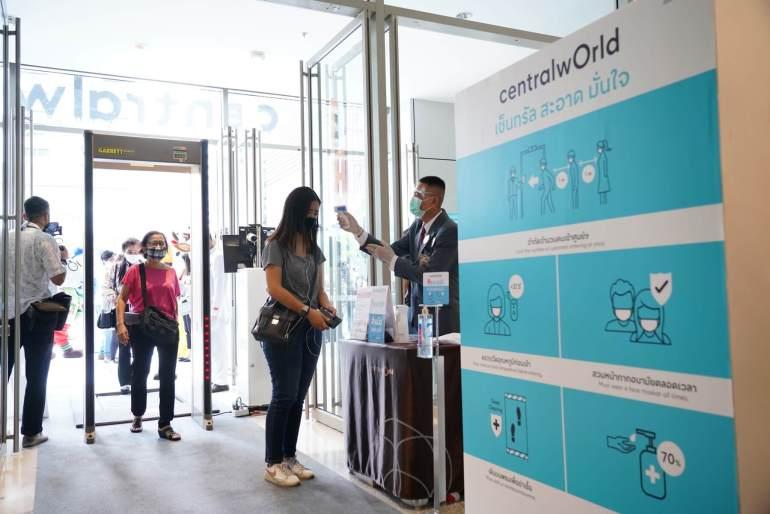 ประมวลภาพ ศูนย์การค้าเซ็นทรัล เปิดให้บริการทั่วประเทศวันแรกหลังคลาย ล็อคดาวน์ รณรงค์ 'วินัยคนไทย' การ์ดอย่าตก เน้นย้ำ Social Distancing 21 - New Normal
