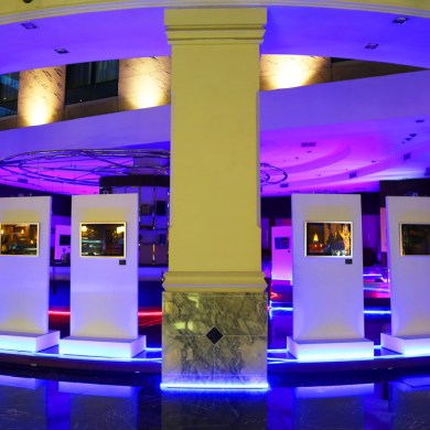 """โรงแรมโนโวเทล สุวรรณภูมิ แอร์พอร์ต เปลี่ยนบาร์กลางล็อบบี้เป็นแกลอรี่อาร์ตภาพถ่ายนีออนสะท้อนสีสันกรุงเทพฯ """"The Silence Project"""" 16 -"""