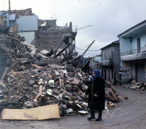 https://i2.wp.com/www.iustitia.it/archivio/6_settembre_04/immagini/terremoto_in_Irpinia(Esse).jpg