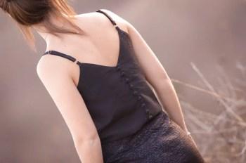 Manon jupe tulipe jacquard noir 1001 PERLES et caraco CALCIUM viscose texturée noire col et boutons recouverts