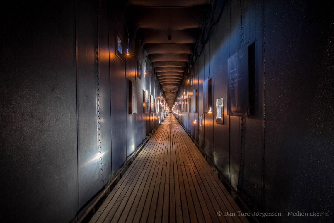 STERKT: Å gå gjennom den 125 meter lange minnehallen, med minneplaketter for de 91 menneskene som ble dømt, er en sterk opplevelse.