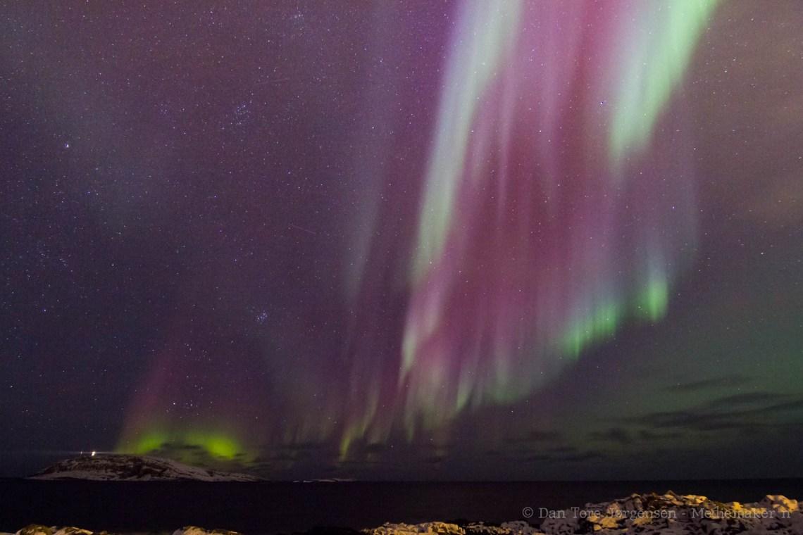 NORDLYS: Nordlyset (Aurora Borealis) er ofte å se i Vardø. Her med Hornøya til venstre i bildet.