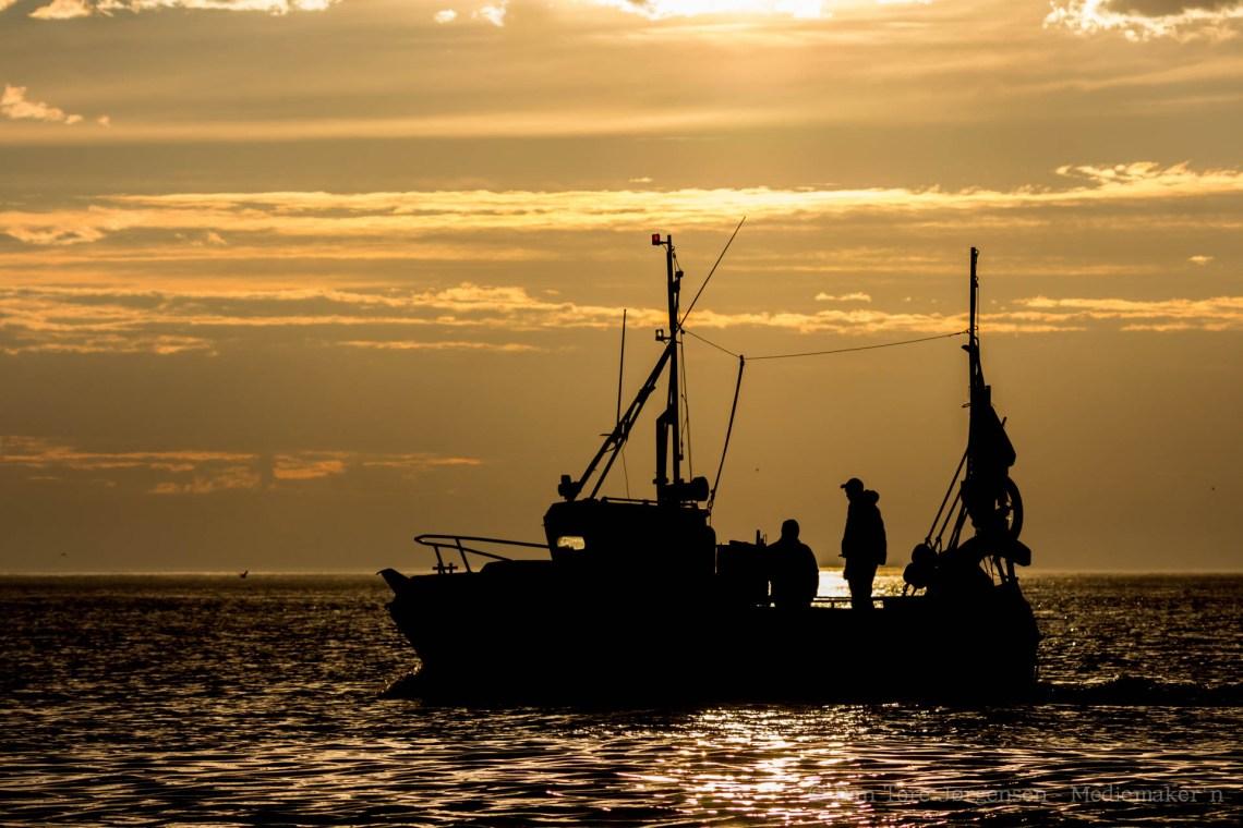 MIDNATTSSOL: Enkelte dager slår idyllen til med stille hav og midnattssol
